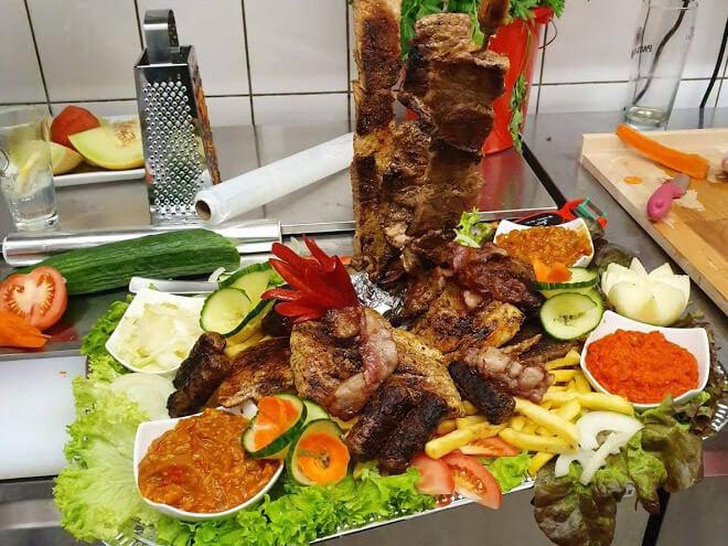 leckere Grillplatte im Grillrestaurant Tomi Balkan-Grill