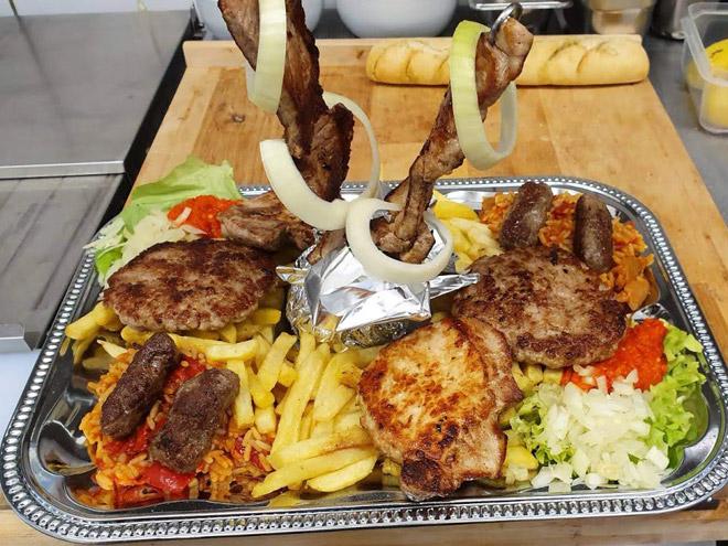 Grillplatte für mehrere Personen - Tomi Balkan-Grill