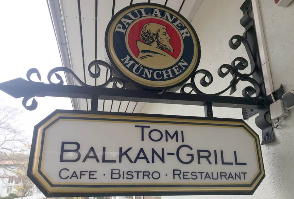 Restaurantschild von Tomi Balkan-Grill in Ottobrunn